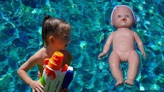 Кира купается в бассейне, а в это время кукла ляля сгорела под солнцем