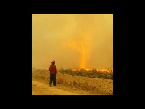 العرب اليوم - شاهد : إعصار من نار يبتلع خرطوم رجال إطفاء في كندا