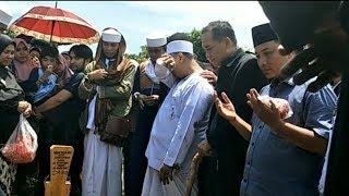 Suasana Pemakaman Wulan Mayasari, Opick Menangis di Pusara Istri Keduanya