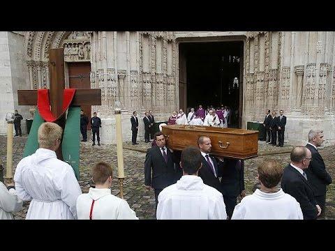 Γαλλία: Αντίο σε μια λιτή τελετή είπε πλήθος κόσμου στον καθολικό ιερέα Ζακ Αμέλ