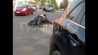 Мотоциклист врезался в автомобиль хабаровчанки в центре города. MestoproTV
