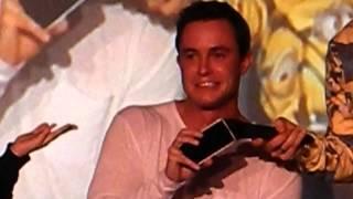Ryan Kelley téléphone à Orny Adams