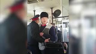 Кондуктор автобуса угрожал пассажиру в Астане