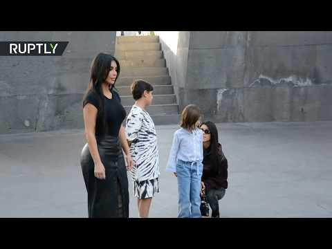العرب اليوم - شاهد: كيم كارداشيان تجذب معجبيها أثناء زيارة لها إلى نصب تذكاري لـ ضحايا إبادة الأرمن