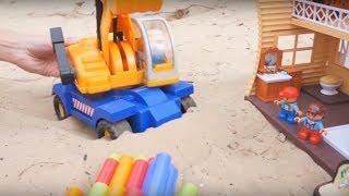 Машинки мультики - Экскаватор прокладывает трубы в песке - Песочница