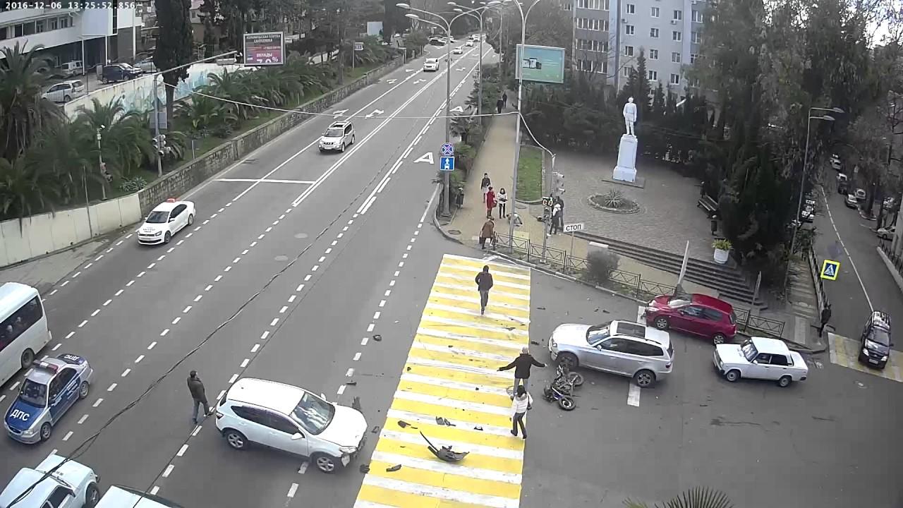Мотоциклист пролетел десятки метров после столкновения с Nissan