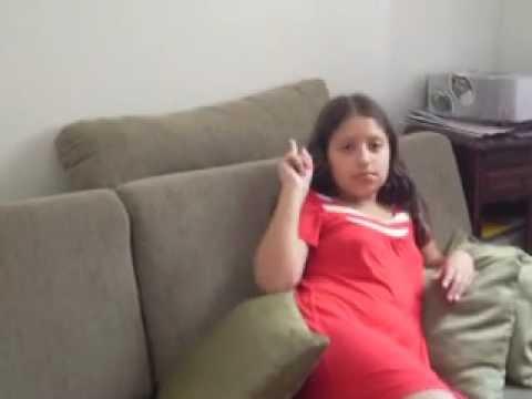 menina 9 anos mostrar o dedo