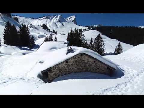 Ski de randonnée sur les pentes enneigées d'Abondances