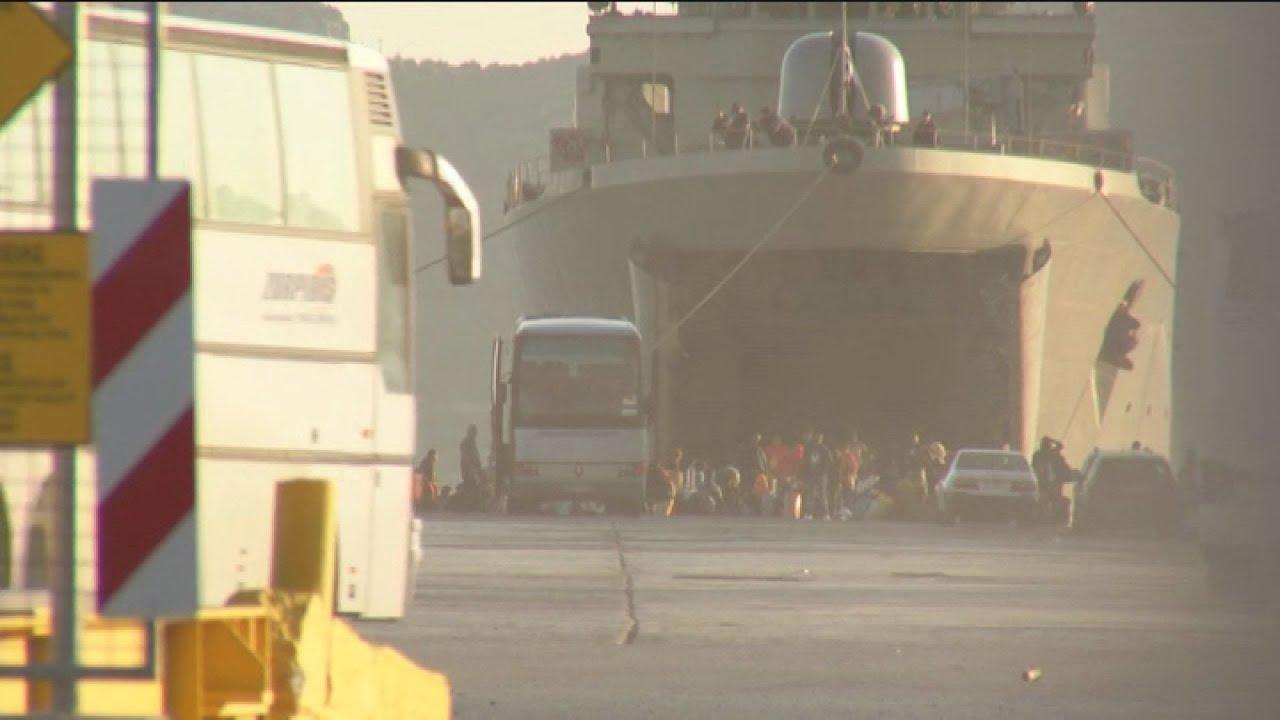 """Αφιξη του πλοίου """"ΙΚΑΡΙΑ"""" με πρόσφυγες και μετανάστες  στην Ελευσίνα"""