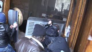 Смотреть онлайн Харьковчане выбивают националистов из администрации