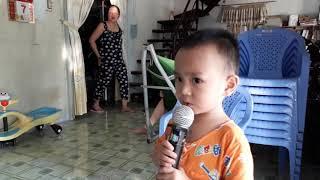 Bé tập hát - Một gia đình nhỏ, một hạnh phúc to