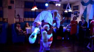 Дед Мороз и Снегурочка зажигают в танце на новогоднем вечере