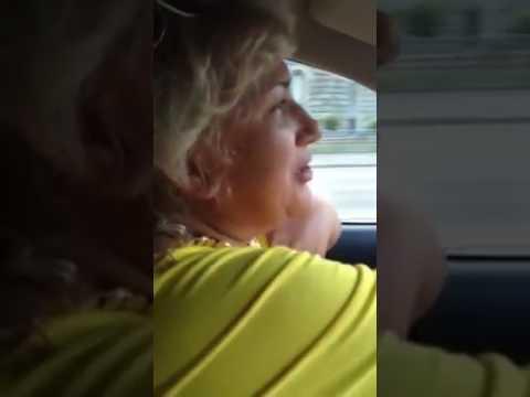 Анекдот. Тетка рассказывает анекдот в машине. Прикол.