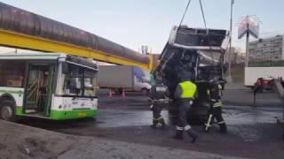 Автобус разорвало на две части в результате ДТП с грузовиком
