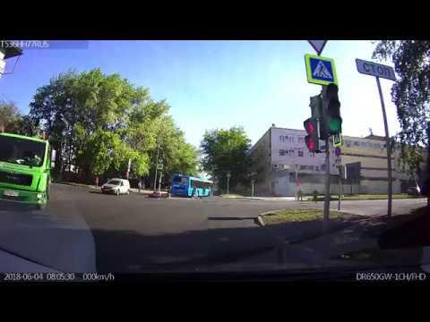 Мотоциклист протаранил автобус на перекрёстке в Москве