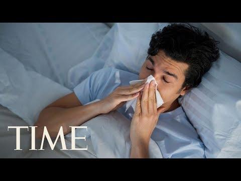 Il ritardo di tirate mensili uno stomaco di dolore in un dorso