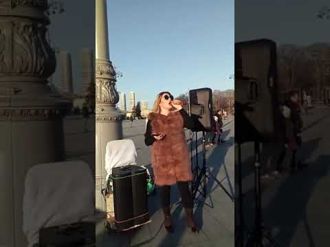 Даяна поёт на ВДНХ, март 2019 года