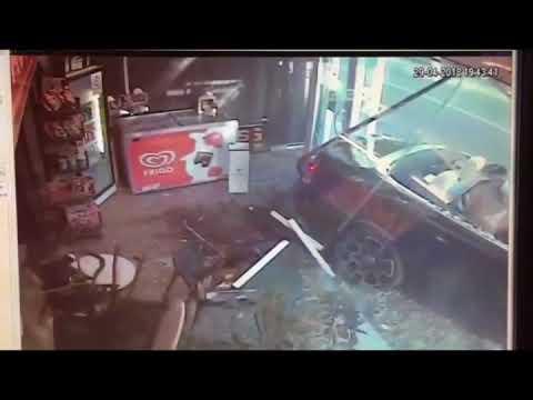Британец на дорогом Rolls Royce был занят девушкой и поэтому врезался в магазин