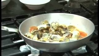 preview picture of video 'Trattoria La Curt: Ricetta Paccheri con salsa di vongole, calamari e olive taggiasche'