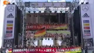 Weltmeister-Empfang In Berlin : Helene Fischer Singt Der DFB-Elf Ein Ständchen