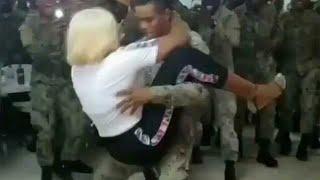 Askerin sanatçıyla yaptığı erotik kucak dansı