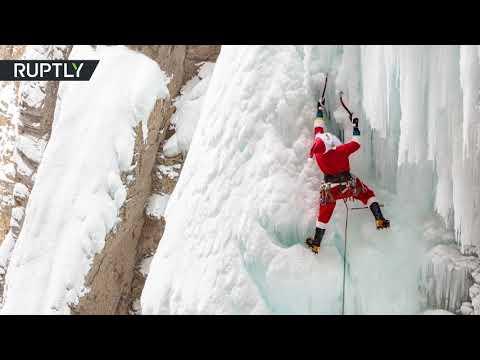 العرب اليوم - شاهد: بابا نويل يتبادل مزلقة بفؤوس الثلج