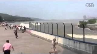 Ils regardent un tsunami qui arrive vers eux sans réagir !