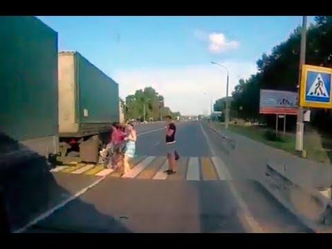 Водитель фуры едва не раздавил коляску с ребенком на переходе