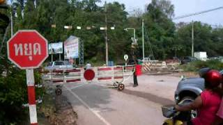 preview picture of video 'Level Crossing - Bahnübergang - Phunphin - 09.04.2011'