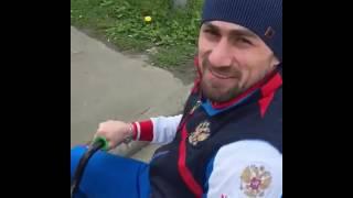 Али Багаутдинов катается на велосипеде