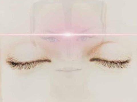 La peau flasque de la personne la poreuse
