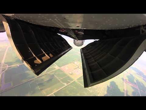 hqdefault - Saltos de paracaidismo desde un bombardero B-17 Flying Fortress