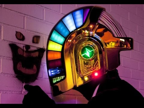 zbra.fm » Fãs perdem a cabeça para comprar os capacetes do Daft Punk 16642fe7346