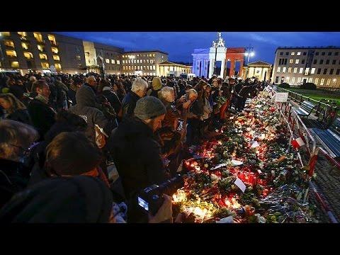 Αλληλεγγύη στην Γαλλία – Από το Βερολίνο μέχρι την… Μαντόνα