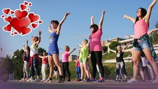 ZUMBA Супер зажигательный танец L♥ve | Флешмоб от самых энергичных