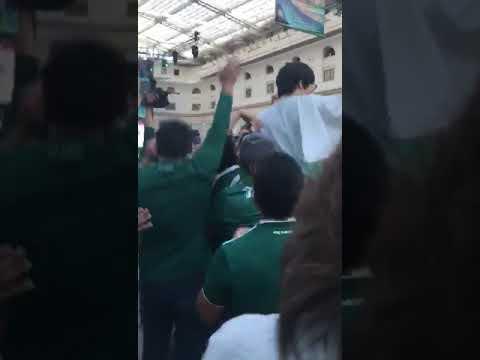 Мексиканские болельщики качают гражданина Южной Кореи