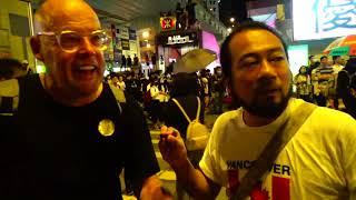 9月6日晚上,老鱷向外國vlogger解釋逃犯條例風波,公開香港黑警的惡行!荷蘭人安慰天下黑警一樣黑!旺角警署黑警向示威者射出一發胡椒彈的一剎那!