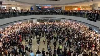 中環網民IFC快閃大合唱:願榮光歸香港,五大訴求缺一不可。