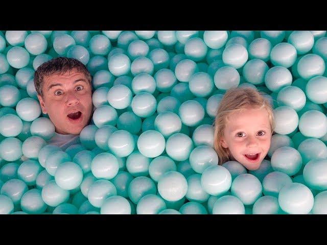 Настя и папа играют и развлекаются большом в музее игрушек