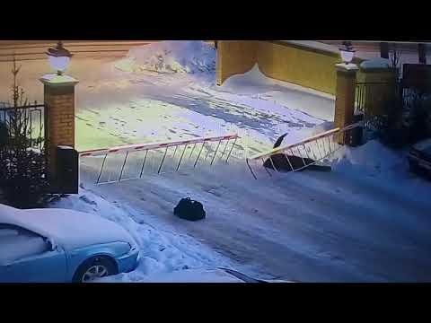 В Новосибирске девушка пыталась прыгнуть через шлагбаум