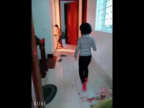 Hai bé Nhã Khanh và Đức Anh cùng nhau quét nhà.
