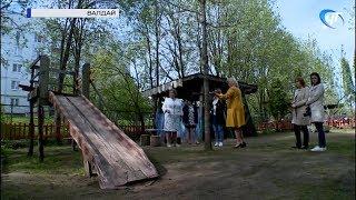 Елена Писарева проверила благоустройство и оснащение спортобъектами территории детсадов в Валдае