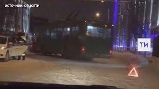 В Казани троллейбус протаранил легковушку, после чего врезался в автобус