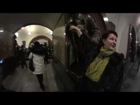 Иностранцы в Шоке от метро.Площадь Революции.Москва.