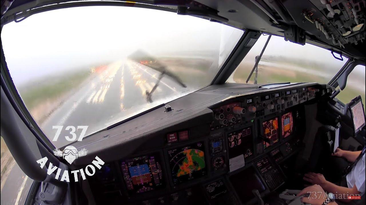 Пилоты сняли посадку самолета в условиях турбулентности