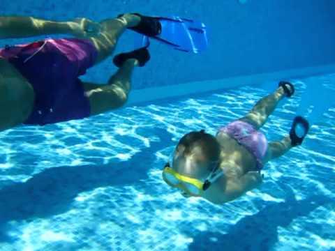 Laura Zarauz Cano bucea la piscina con aletas y gafas con papá.MOV