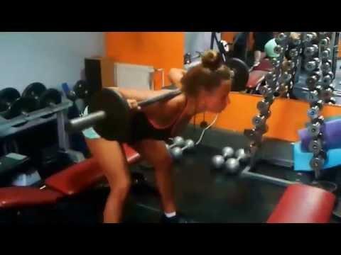 Ćwiczenia na mięśnie klatki piersiowej i ramion z hantlami dla kobiet