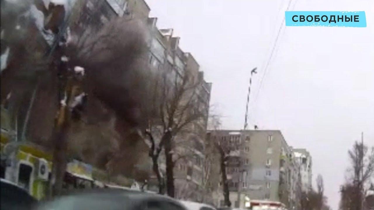 В Саратове под тяжестью снега в доме рухнула крыша