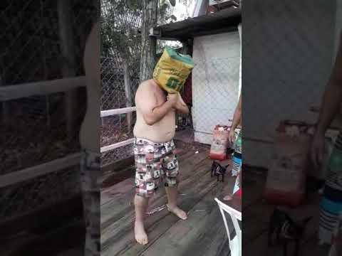 האיש המצחיק הזה יגרום לכם לצחוק בכל פעם שתעשו על האש
