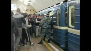 Смотреть онлайн Драка фанатов спартака и зенита в метро